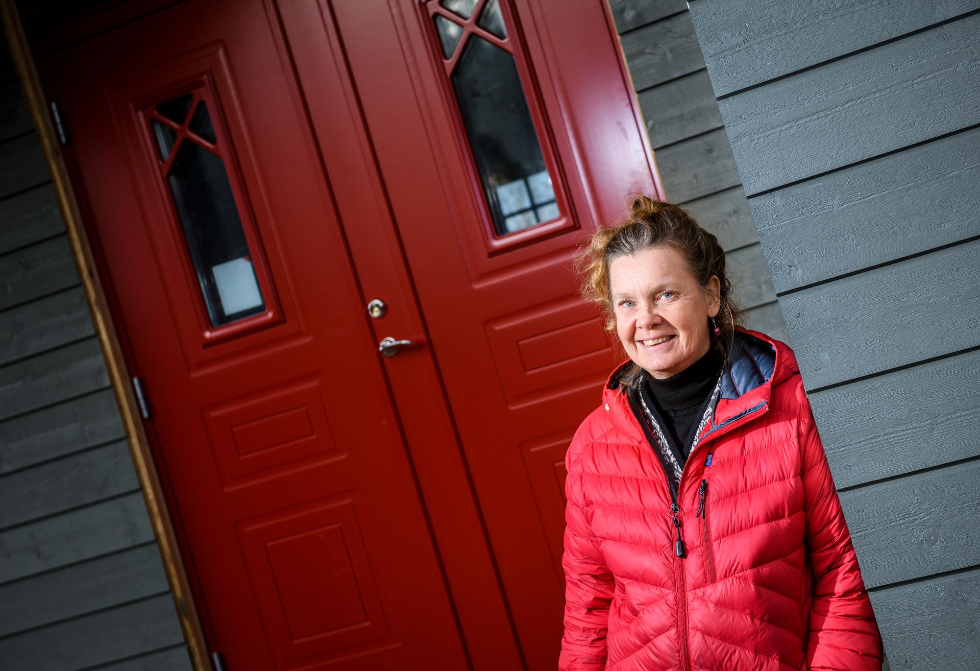Helen framför röd dörr