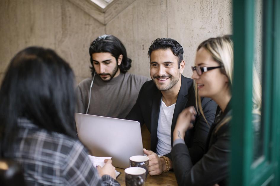 Ungdomar i samtal vid dator
