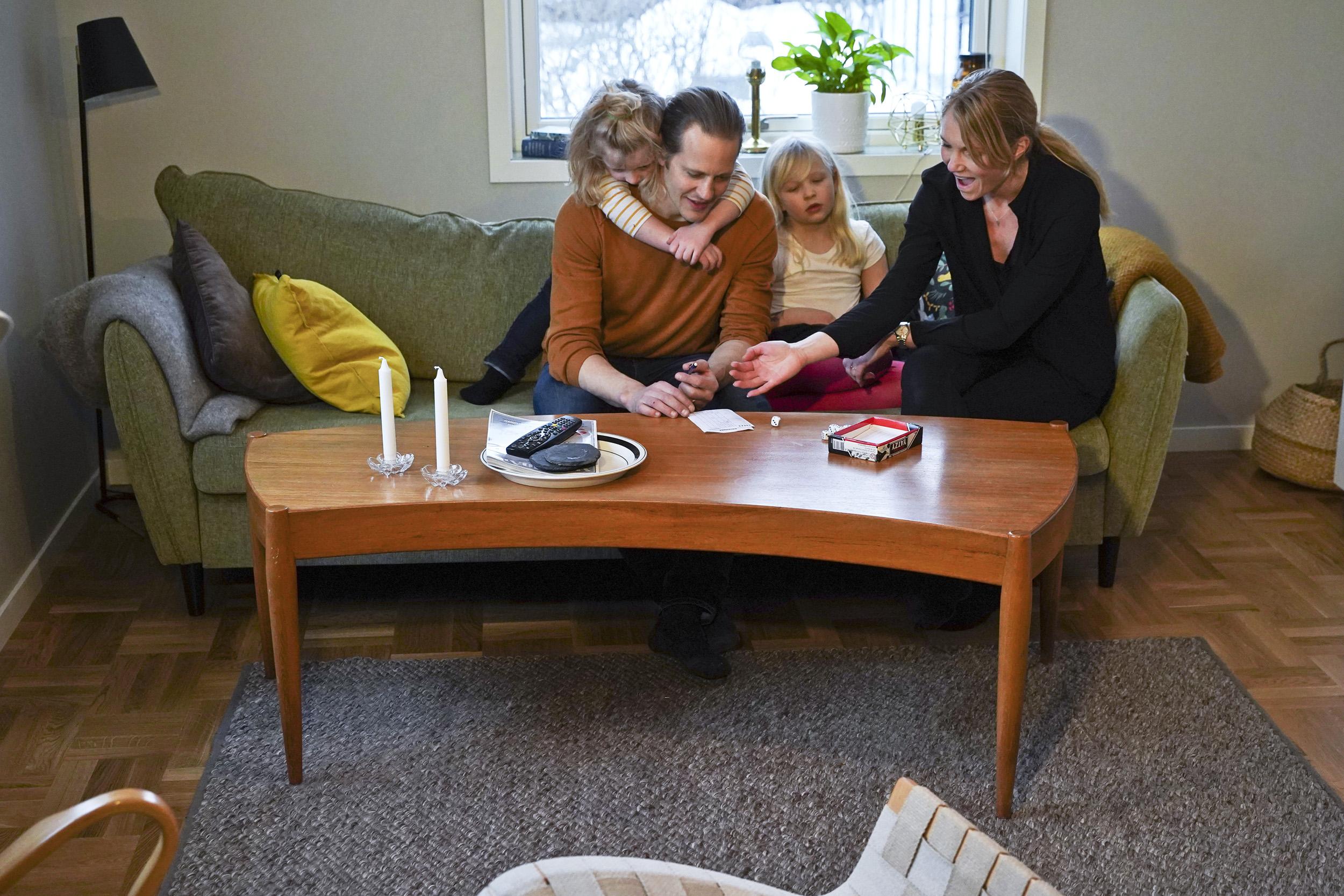 Familj spelar Yatzy i vardagsrum
