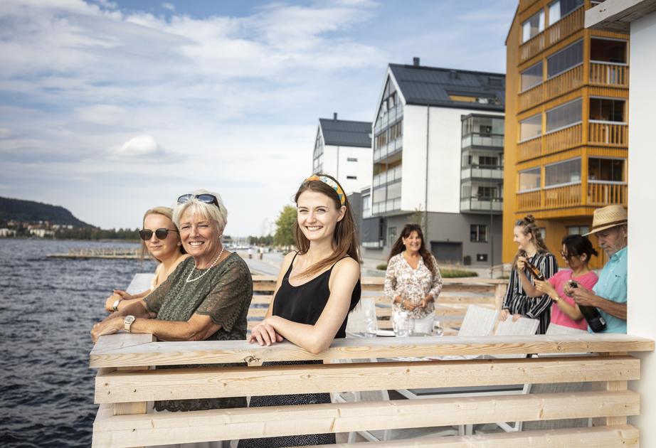 Bild på människor utomhus vid Storsjöstrand